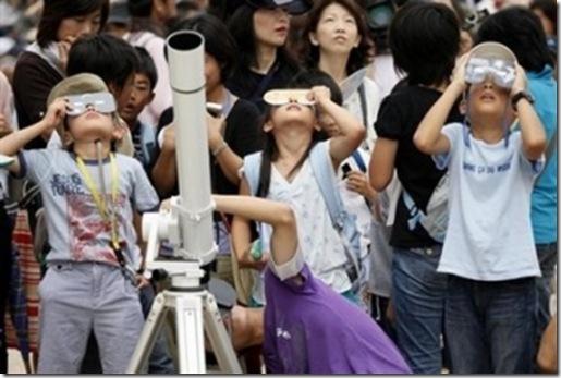Warga Jepang mengamati gerhana Matahari